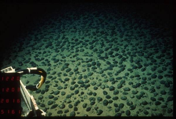 Nodules polymétalliques au fond des océans, une ressouce intéresante très riche en manganèse - pas de risque de pénurie.