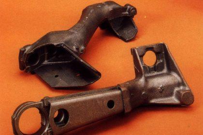 Bras de suspension en fonte avec insert à la coulée en U et en V.