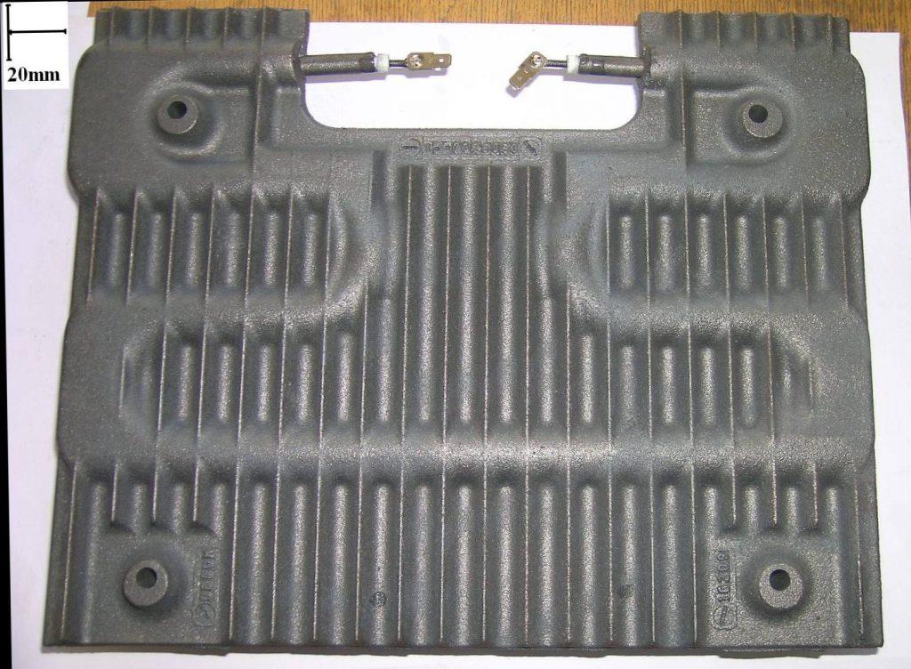 insertion de résistances électriques dans un radiateur en fonte.