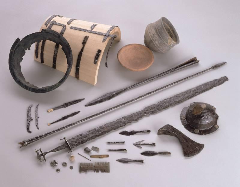objets et armes en fer trouvés dans une tombe mérovingienne.