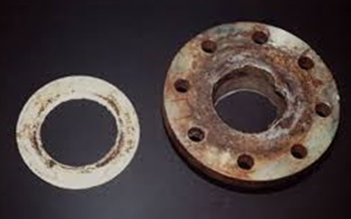 Oxydation caverneuse dû à la présence d'un interstice entre deux pièces.
